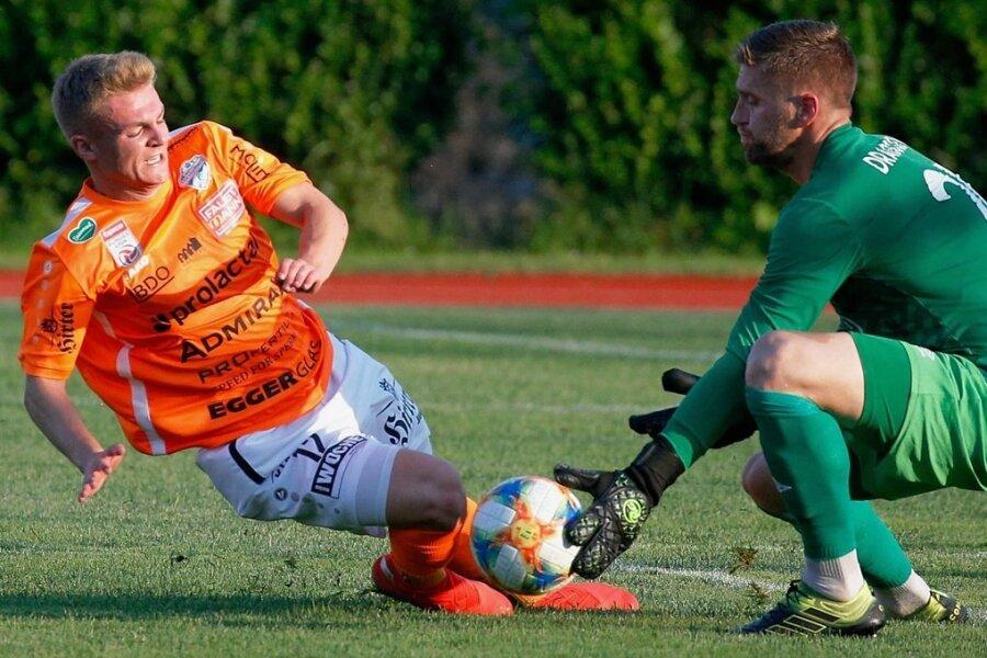 Vor wenigen Tagen spielte Philipp Sturm noch für Österreichs Zweitligisten Hartberg (hier im Test gegen Keeper Andrija Dragojevic vom armenischen Verein Pyunik Erewan), seit Dienstag ist er beim CFC unter Vertrag.