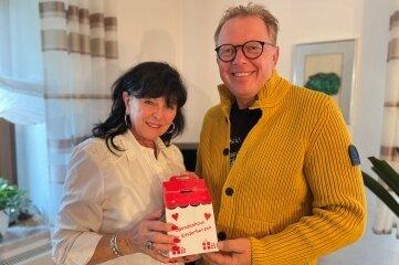 Christine Matko nahm das Spendenhaus von Jürgen Seltmann dankbar entgegen.
