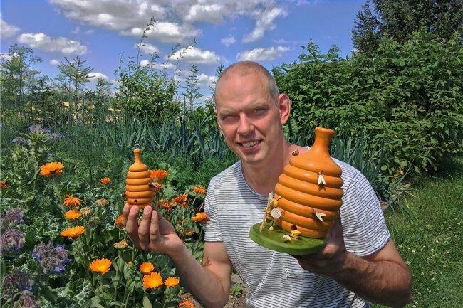 Gestalter und Firmenchef Ralf Zenker mit seinem Bienenkorb, den er in zwei Größen für die Dregeno Seiffen herstellt.