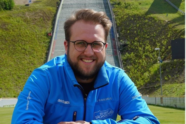 Florian Müller aus Hammerbrücke, der neue Pressesprecher des VSC Klingenthal, in der Vogtland-Arena.