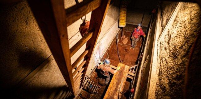 Oktober 2019: Der Schacht wurde mit Presslufthammer und Schaufel freigeräumt.