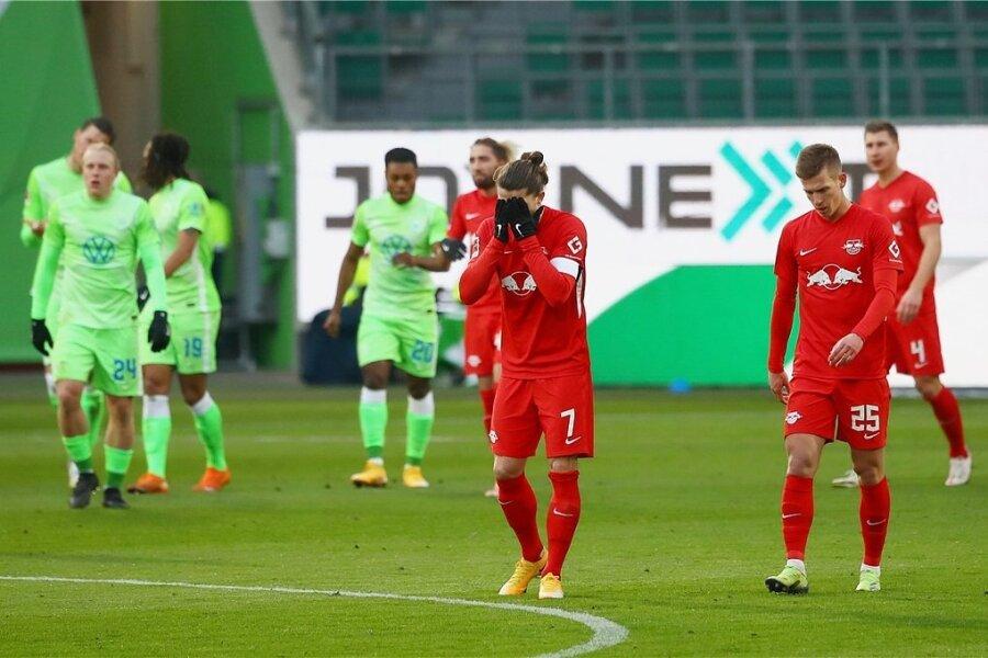 Das 2:1 für Wolfsburg ist gefallen. Die Leipziger Marcel Sabitzer und Dani Olmo (r.) können es nicht fassen.