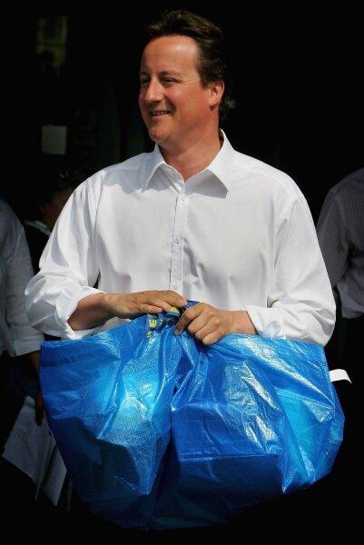 Nicht nur für Schotten: Der britische Doch-noch-Premier David Cameron mit Frakta-Tasche.