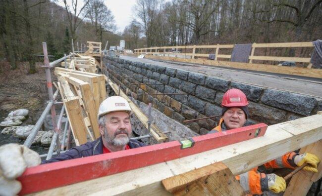 Peter Müller (links) und Rainer Naß haben mit Schal-Arbeiten für die neue Fahrbahnplatte an der ehemaligen Bahnbrücke in Markersdorf-Kolonie begonnen. In diesem Sommer soll die Sanierung beendet sein, die Verkehrsfreigabe für den Chemnitztal-Radweg soll Ende des Jahres erfolgen.