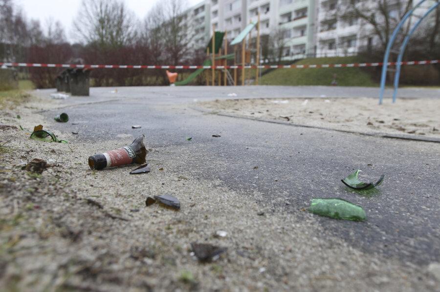 Vandalen haben auf dem Spielplatz an der Plauener Dr.-Friedrich-Wolf-Straße Scherben verteilt.