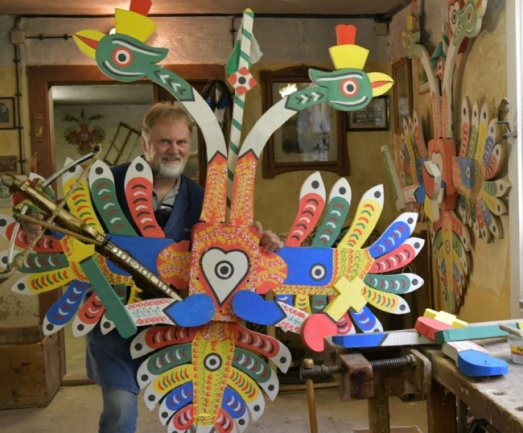 Stolz präsentiert Steffen Heinrich einen Abschussvogel. Er ist etwa zwei mal zwei Meter groß, wiegt circa 50 Kilo und besteht aus 36 Einzelteilen. In zehn Metern Höhe wird er so angebracht, dass er von unten in einem 45-Grad-Winkel angepeilt wird.