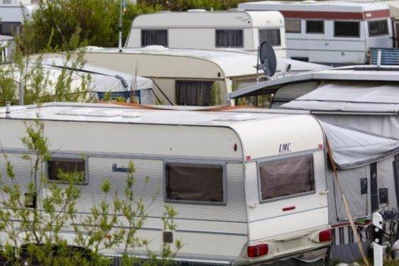 Auf dem Weg in den Urlaub: Wohnwagen auf B173 verloren