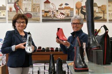Die Bilder im Schuhsalon Koch - hier Inhaberin Elfriede Koch (r.) und Verkäuferin Elvira Dittrich - malte das Künstlerehepaar Beate und Holger Koch.