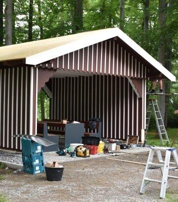 Die sanierte Senn-Hütte im Stadtpark von Limbach-Oberfrohna während des Aufbaus.