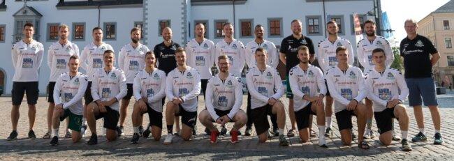 Optimistisch in die neue Saison: das Oberliga-Team der HSG für 2020/21 beim offiziellen Fototermin vor dem Freiberger Rathaus.