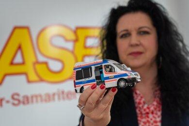 Diana Mattes, Geschäftsführerin des Kreisverbandes ASB Vogtland, mit einem Modell des ASB-Wünschewagens. Todkranken Menschen einen letzten Wunsch erfüllen ist ein weiteres, landesweites Angebot der gesamtsächsischen Arbeiter-Samariter-Bund-Organisation.