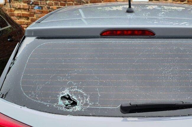 Volltreffer mit einem Stein auf der Heckscheibe. So wie das Auto einer Frau aus Reichenbach waren mehrere Fahrzeuge betroffen.