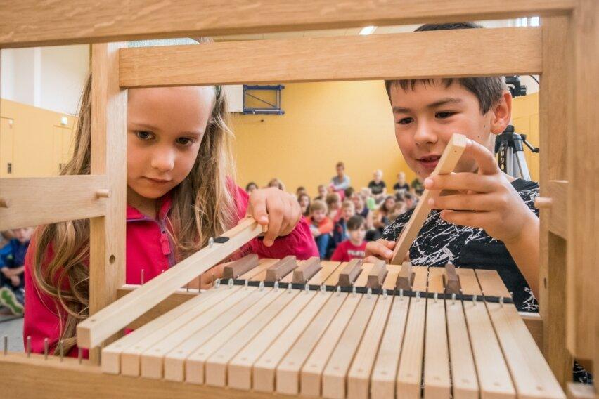Kinder tauchen in die Welt der Orgeln ein