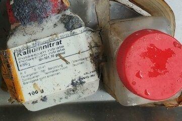 An diesem Behälter mit Kaliumnitrat (links) sind Spuren einer chemischen Reaktion gut zu erkennen.