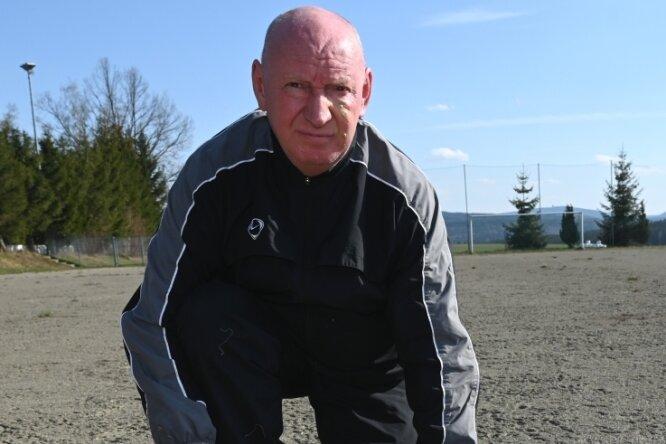 Heiko Rehm vom Vorstand des ESV Zschorlau auf dem Hartplatz. Dieser soll ein Kunstrasenplatz werden, Rehm setzt sich dafür ein.