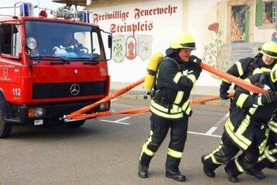 Beim Training zogen die Steinpleiser ihr 7,5 Tonnen schweres Löschfahrzeug. Dabei kamen sie mächtig ins Schwitzen.