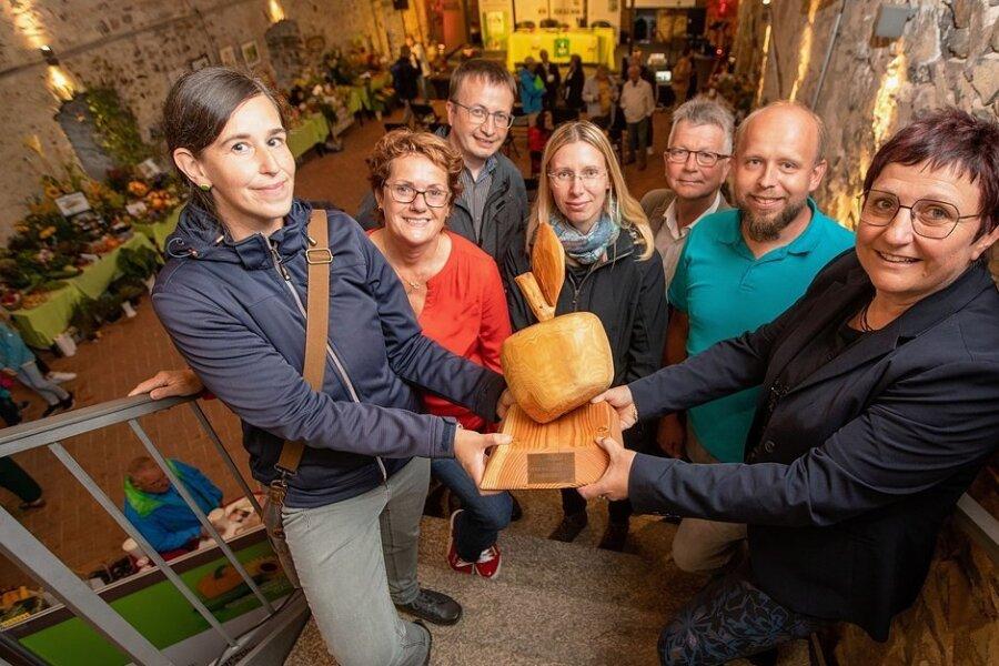 Der neue Wanderpokal Goldener Holzapfel ging in diesem Jahr an den Kleingartenverein Plauen-Reißig. Annett Rachold (links) und Yvonne Scharnagel (4. von links) nahmen ihn stellvertretend aus den Händen von Bürgermeisterin Kerstin Wolf (rechts) entgegen.