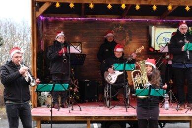 In kleiner Besetzung spielten die Netzschkauer Musikanten vor der Alloheim Senioren-Residenz weihnachtliche Lieder.