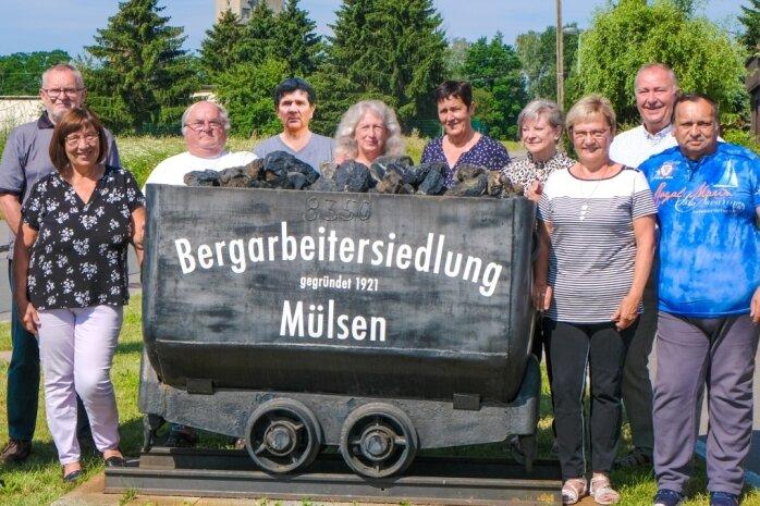 In Vorbereitung auf das 100-jährige Bestehen der Bergarbeitersiedlung hat sich der Siedlervorstand um den Vorsitzenden Udo Meyer (links) vor dem Hunt an der Einmündung zur Ernst-Schneller-Straße fotografieren lassen.