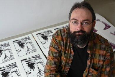 Anatoli Budjko sammelt in seinem Atelier alle Drucke, die dann in den kommenden Tagen zu Kalendern gebunden werden.
