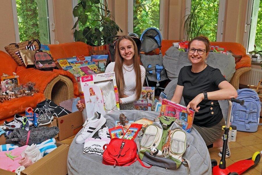 Antonia Wohlfarth und Kinderheim-Leiterin Sandra-Popadak inmitten der Gebrauchsgegenstände und Spielsachen, die die Influencerin nach Zwickau gebracht hat*.