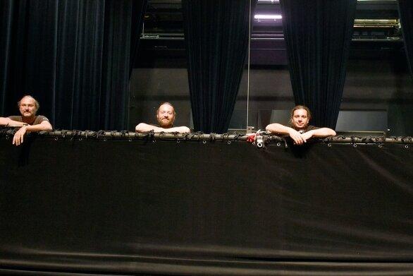 Die Bühnentechniker nutzten die Zeit, um die Ton- und Lichtanlage im Haus zu modernisieren. Im Foto: Holger Hengst, René Schicketanz, Swen Solbrig und der Technische Direktor Lars Porstmann (von links).