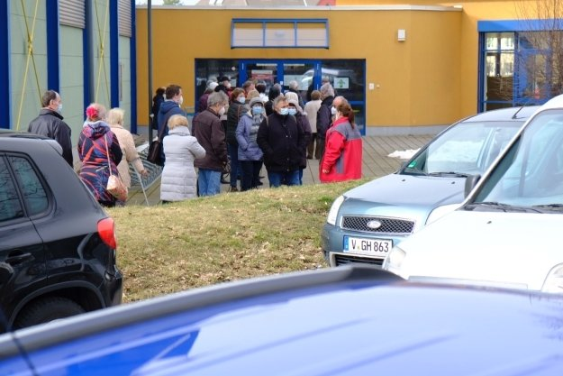 Parkchaos vorn - lange Schlangen dahinter. Vor dem Reichenbacher Testzentrum drängten sich die Menschen.