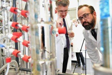 Institutsdirektor Martin Bertau (l.) erläutert Sachsens Wissenschaftsminister Sebastian Gemkow die Fortschritte bei der Biolaugung.