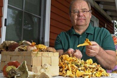 Der Mülsener Pilzberater Uwe Vogel ist im Vogtland fündig geworden und macht sich an das Putzen der Ausbeute.