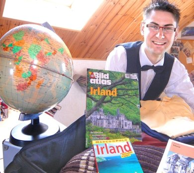 """<p class=""""artikelinhalt"""">Der Globus bleibt zuhause, doch Irland rückt rasant näher: Sebastian Krämer aus Grünhainichen bricht am Dienstagmorgen auf, um sein Glück in einem Fünf-Sterne-Hotel auf der Insel zu versuchen. </p>"""