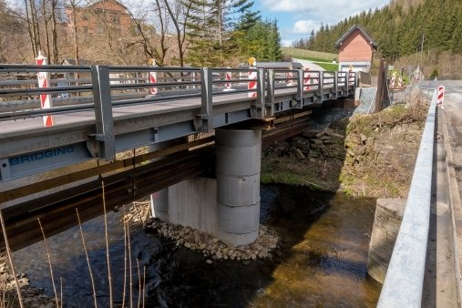 Die Behelfsbrücke über die Preßnitz steht. Demnächst soll darüber der Verkehr auf der Kreisstraße 8115 rollen. Das alte Bauwerk wird abgerissen und durch einen Neubau ersetzt.