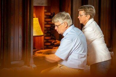 Der ehemalige Oederaner Kantor Christian Liebscher, unterstützt von Ehefrau Christine, beendete die diesjährigen Mittagsmusiken.