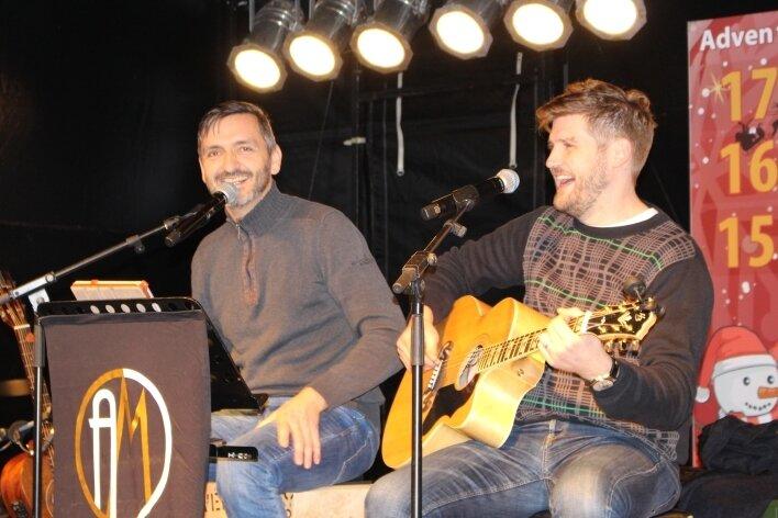 Michael Klotz (l.) und Alexander Trillenberg bei einem Auftritt im vergangenen Jahr auf dem Marienberger Weihnachtsmarkt. Mit vier Livekonzerten will das Duo nun gemeinnützige Organisationen unterstützen.