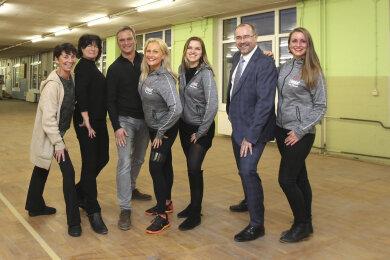 Vereine finden in einer Ex-Spitzenfabrik eine neue Bleibe. Unternehmer Roland Fuhrmann (3. von links) und Bürgermeister Steffen Zenner (2. von rechts) gehen gemeinsam für die Vereine nach vorn. Die Vereinsvertreterinnen von links: Ronny Bartsch, Gundula Thoß sowie Simone Sachs, Melanie Burkhardt und Melanie Treuheit.