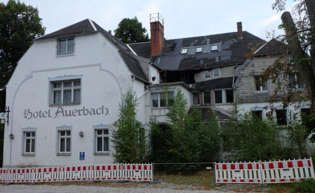 """Einst Schmuckstück - jetzt Schandfleck: das """"Hotel Auerbach"""". Der unausweichliche Abbruch wird die Gemeinde knapp 108.000 Euro kosten. Unter anderem will sie dafür die ihr zustehende Pauschale zur Stärkung des ländlichen Raumes in Höhe von 70.000 Euro verwenden."""