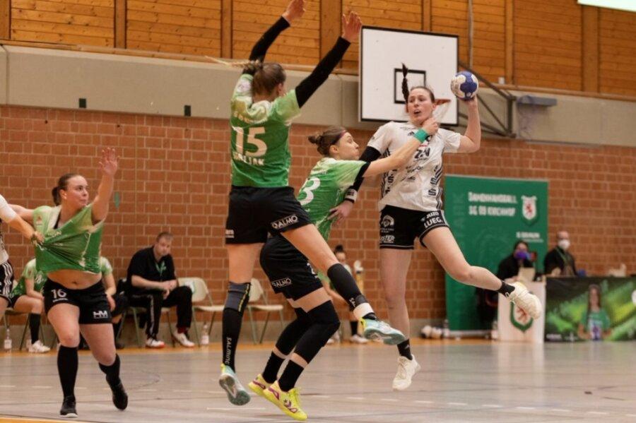 Im Aufstiegskampf der 2. Handball-Bundesliga geht es nicht wirklich zimperlich zu. Das bekommt in dieser Szene aus dem Zwickauer Auswärtsspiel in Kirchhof Diana Dögg Magnusdottir (rechts) zu spüren. Die Isländerin steht dem BSV am Samstag aufgrund von Länderspielverpflichtungen nicht zur Verfügung.