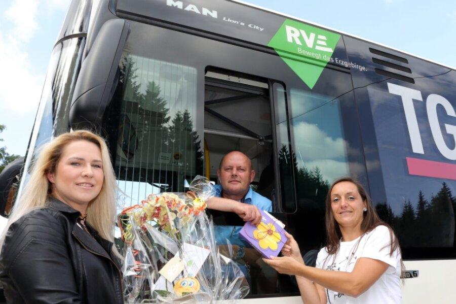 Blumen und Schokolade für den Schulbusfahrer