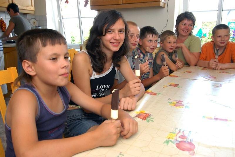 """<p class=""""artikelinhalt"""">Jana Kozur (Zweite von links) feierte am Wochenende ihren 15. Geburtstag. Von Betreuerin Lena Poscharkova (Zweite von rechts) gab es eine Runde Eis für alle. </p>"""