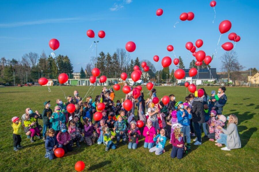 Mit Luftballonaktion und Elterndemo für mehr Beachtung der Kinderinteressen