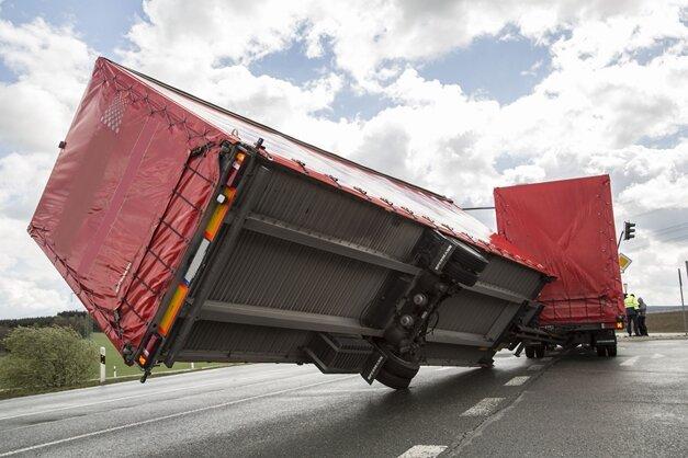 Lkw-Anhänger umgekippt - B95 voll gesperrt