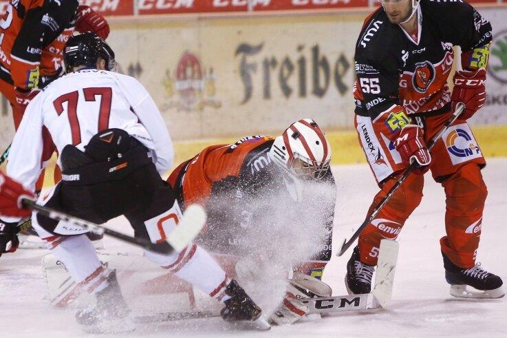 Petr Pohl (rechts) kehrt nach einer dreiwöchigen Pause am Wochenende in den Eispiraten-Kader zurück.