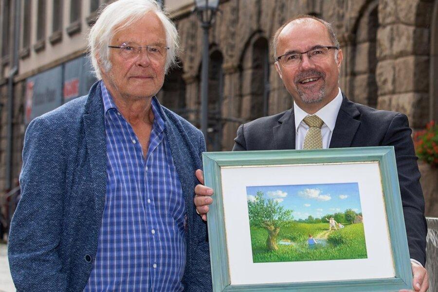 """Michael Sowa übergibt an Kulturbürgermeister Steffen Zenner (CDU) das fertig gestellte Bild, das er mit dem Eintrag in das Goldene Buch der Stadt begonnen hatte. Vater und Sohn laufen auf eine im Teich stehende Frau zu: """"Mutti!"""""""