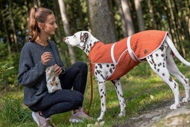Julia Rammler mit ihrer Dalmatinerhündin Resi. Weil die Grünbacherin für das Tier keinen passenden Schutzmantel fand, stieg sie selbst in die Fertigung von Tierbekleidung ein.