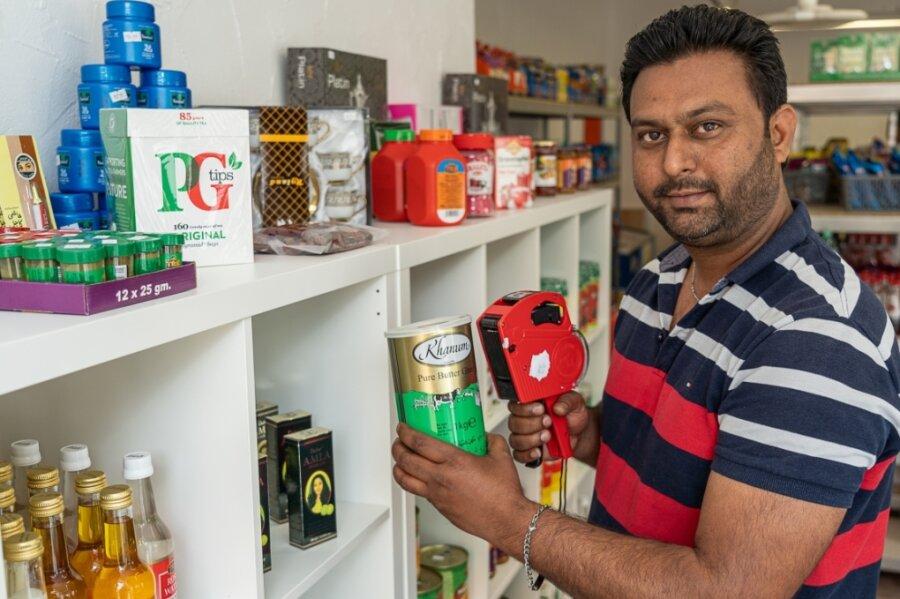 Echte indische Butter präsentiert hier Baljimder Singh -ab Mittwoch sind in seinem Geschäft am Auerbacher Neumarkt allerlei Zutaten für die indische, türkische und arabische Küche zu bekommen.