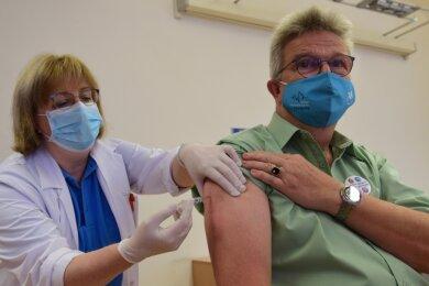 Die Leiterin des Infektionsschutzes, Dr. Karin Schreiter, impft den Leiter des Gesundheitsamtes, Dr. Harald Uerlings, gegen Grippe. Zum Einsatz kommt dabei ein Vierfachimpfstoff, der mittlerweile Standard ist.