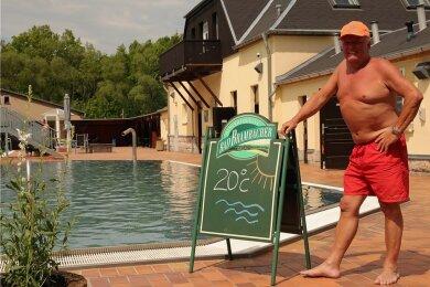 Lengenfelds Schwimmmeister Andreas Meinhold verweist auf ordentliche 20 Grad im Wasser.
