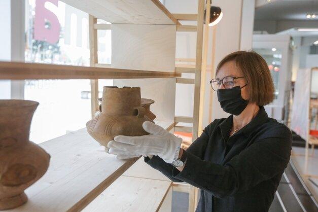 Für Cornelia Rupp, Kuratorin der Ausstellung, gehören die Lausitzer Gefäße zur schönsten Keramik, die Sachsen zu bieten hat.