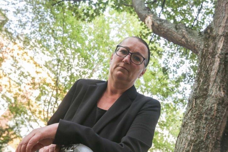 Ulrike Püschmann, Anwohnerin der Franz-Mehring-Straße, zeigt sich besorgt über Schäden in den Baumkronen über der Fahrbahn. Sie hofft, dass der Durchgangsverkehr grundsätzlich um das Wohngebiet herumgeführt wird.