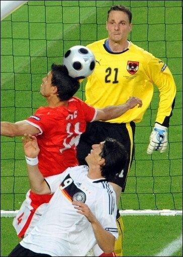 Bis zum Halbfinale der deutschen Fußball-Nationalelf am Mittwochabend in Basel gegen die Türkei lief für Mario Gomez fast alles schief - auf dem Platz und außerhalb. Das Foto zeigt Gomez (u.) im EM-Vorrundenspiel gegen Österreich vor dem gegnerischen Tor.