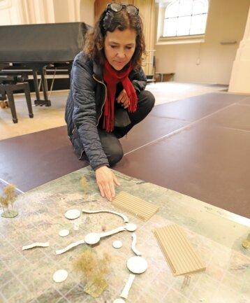 Schauspieldirektorin Annett Wöhlert vor dem provisorischen Modell der Bühnenbauten.